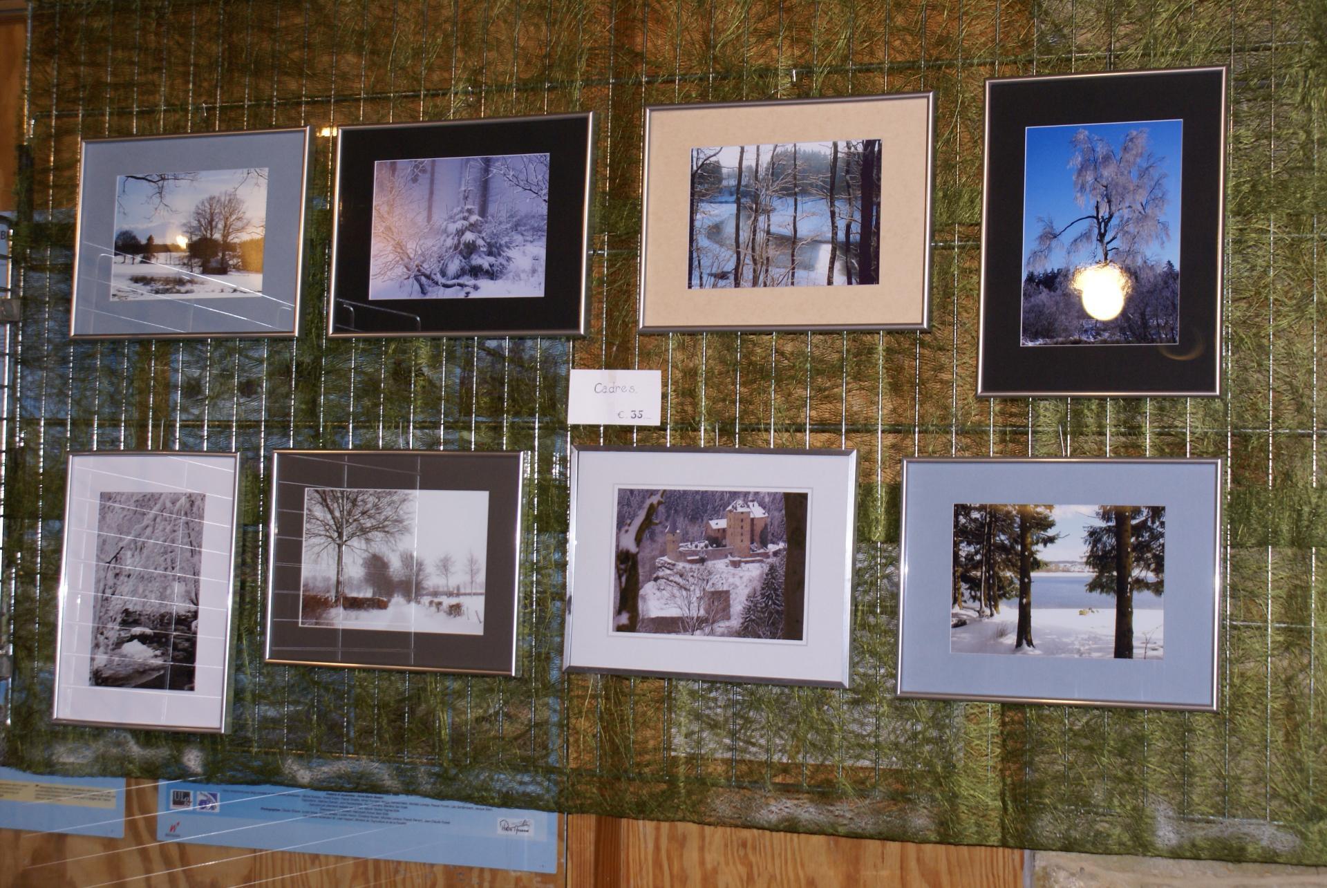 Photos A4 sur papier avec encadrement argenté.